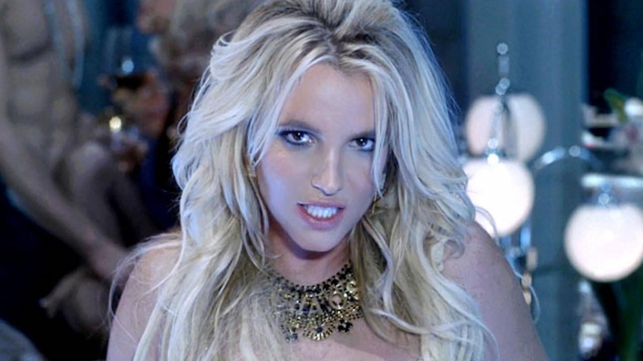 Britney Spears berijdt haar vriend in geinige nieuwe video - FilmTotaal