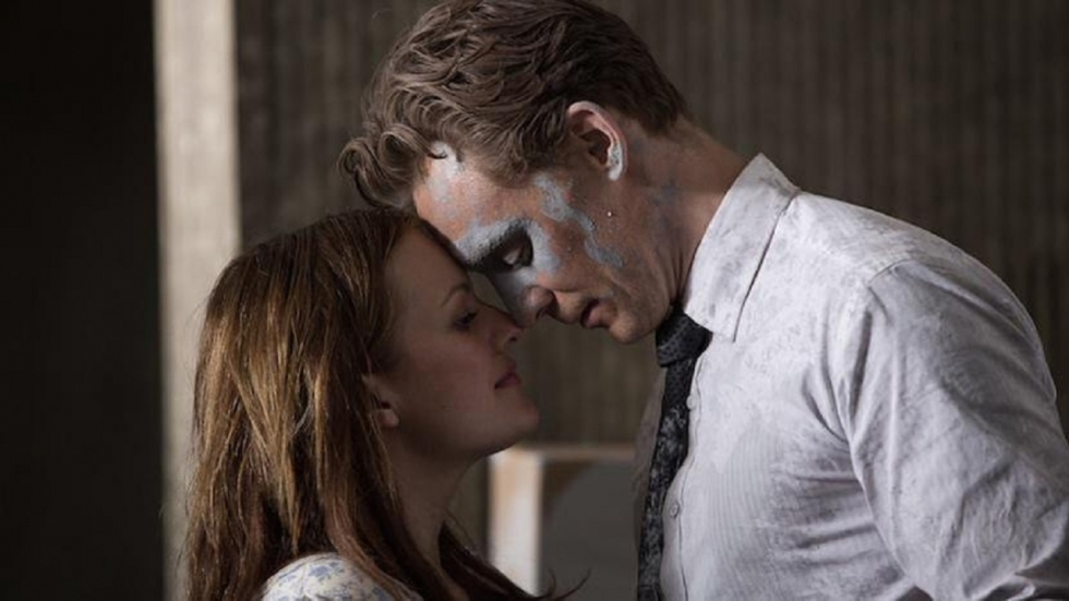 Tom Hiddleston in duistere nieuwe trailer 'High-Rise'