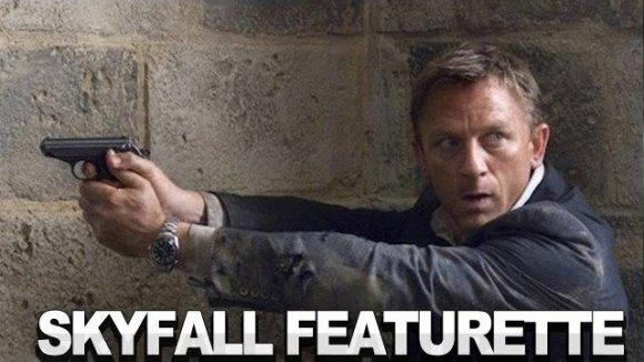 Daniel Craig en regisseur Sam Mendes bespreken de set in Istanbul