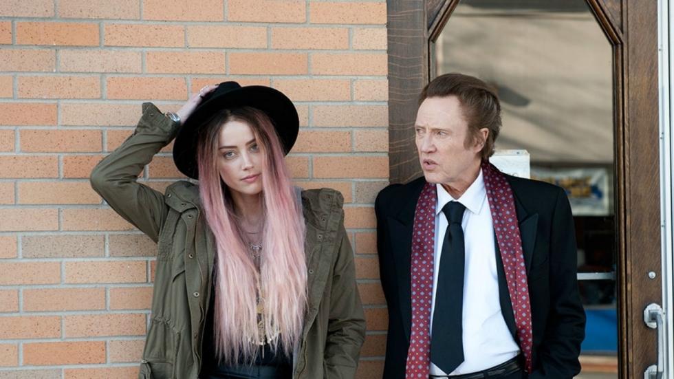 Christopher Walken en Amber Heard kibbelen in eerste trailer 'One More Time'