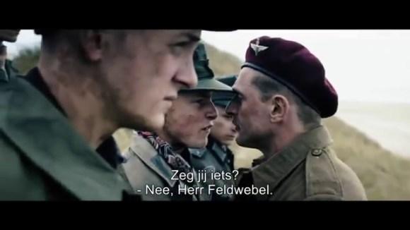 Een groep Duitse krijgsgevangenen wordt door het Deense leger gedwongen om landmijnen op te ruimen.