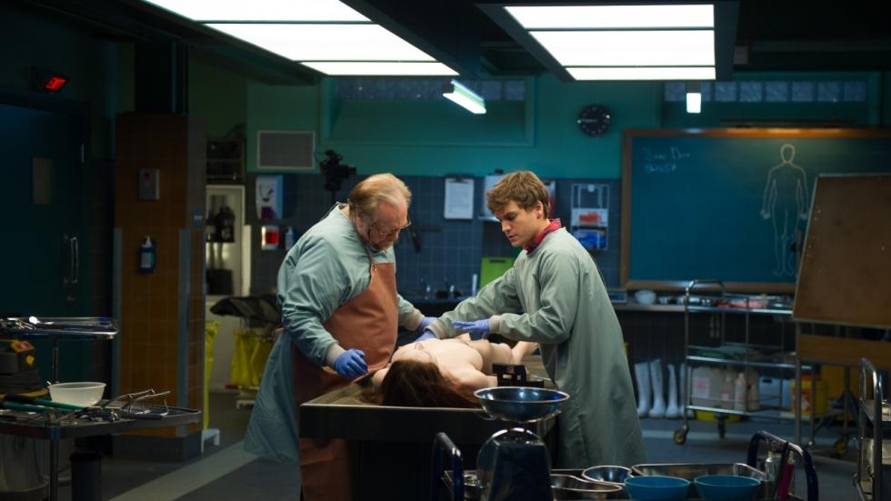 Brian Cox en Emile Hirsch in teaser trailer 'The Autopsy of Jane Doe'