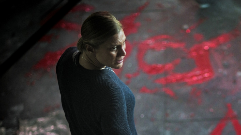 Een demonische heks teistert Katee Sackhoff in trailer 'Don't Knock Twice'