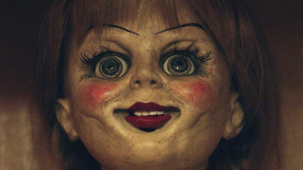 De creepy pop is terug op nieuwe foto 'Annabelle 2'