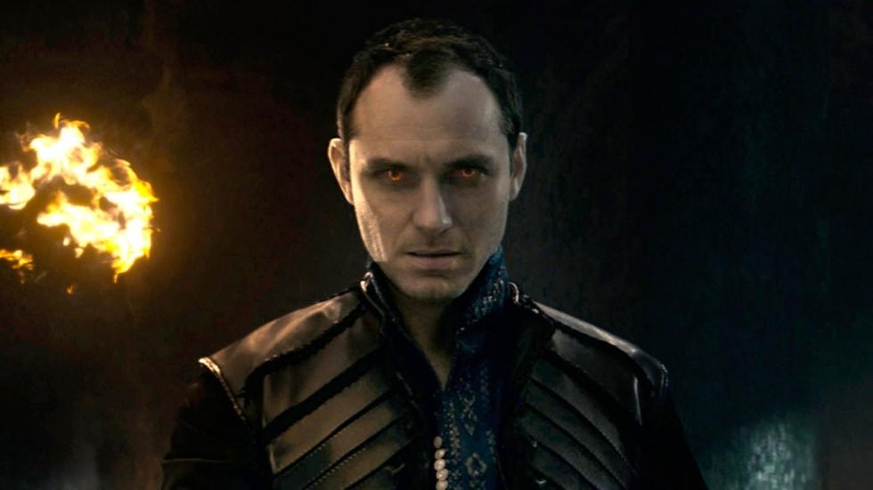 Spectaculaire teaser én vurige blik op Jude Laws Vortigern in 'King Arthur: Legend of the Sword'