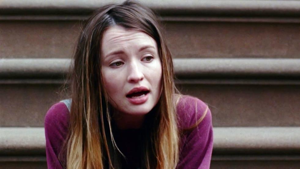 Emily Browning zingt een liedje in teaser trailer 'Golden Exits'