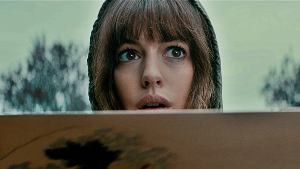 Anne Hathaway in nieuwe trailer monsterfilm 'Colossal'