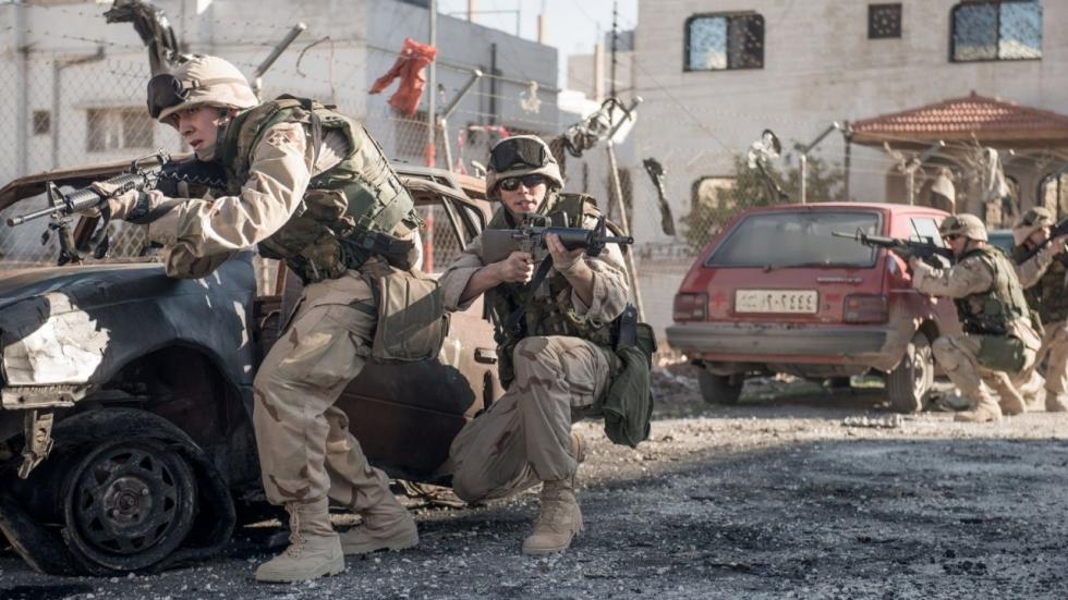Netflix onthult trailer 'Sand Castle' met Nicholas Hoult en Henry Cavill