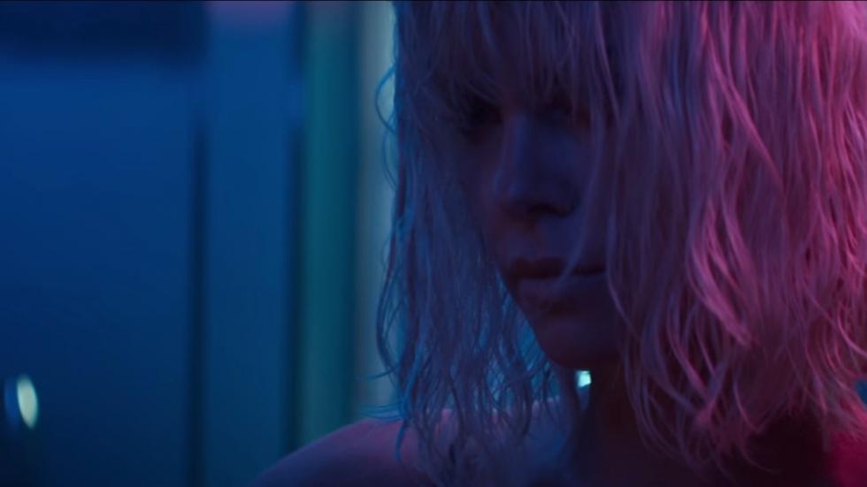 Volledige en bikkelharde trailer 'Atomic Blonde' met verleidelijke Charlize Theron