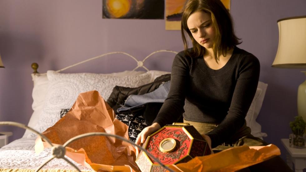 Meisje opent haar doos in tweede trailer horrorfilm 'Wish Upon'