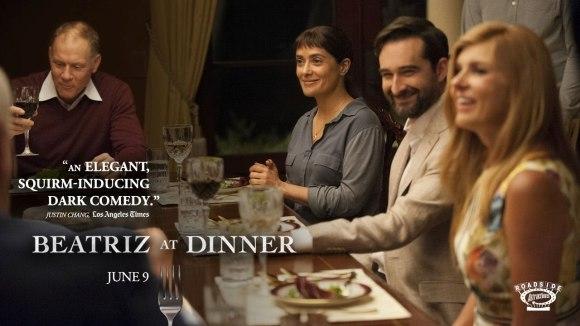 Salma Hayek hekelt rijkelui in eerste trailer 'Beatriz at Dinner'