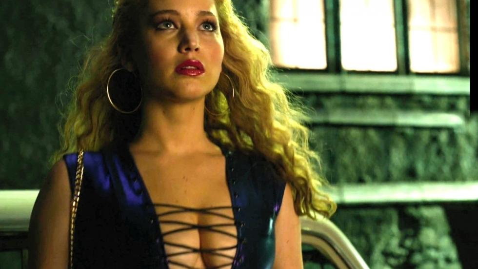 Jennifer Lawrence shirtloos aan het paaldansen in stripclub