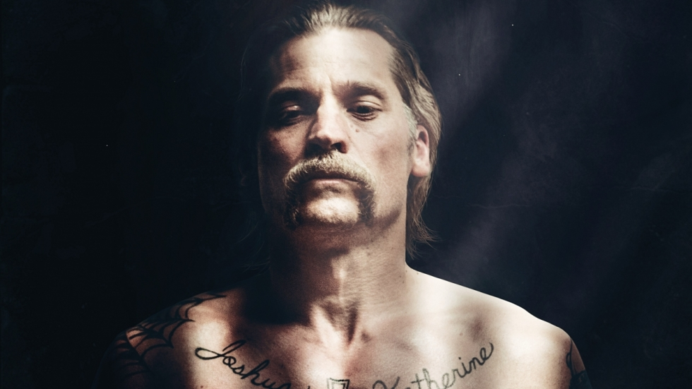 Nikolaj Coster-Waldau verandert in een crimineel in trailer 'Shot Caller'