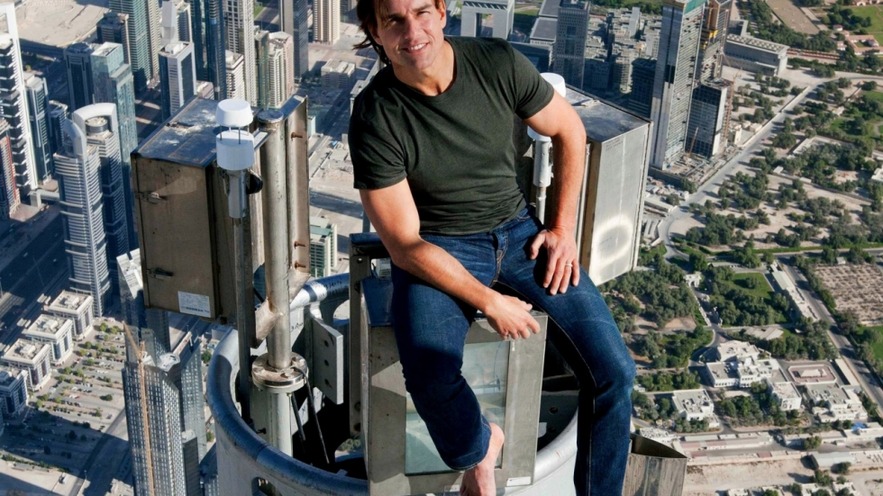 Tom Cruise maakt smakkerd tijdens stunt 'Mission: Impossible 6'