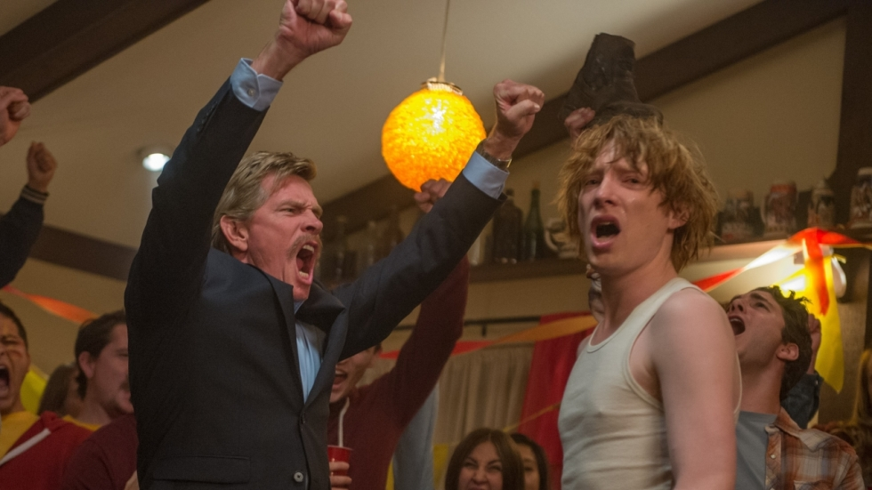 Domhnall Gleeson is 'n hopeloze romanticus in red-band trailer 'Crash Pad'