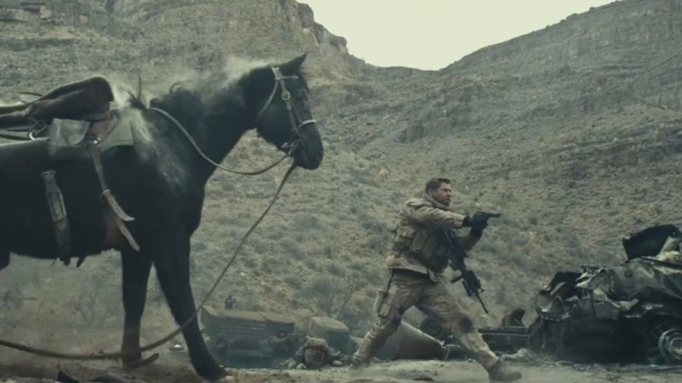 Schietgrage Chris Hemsworth te paard in trailer oorlogsfilm '12 Strong'