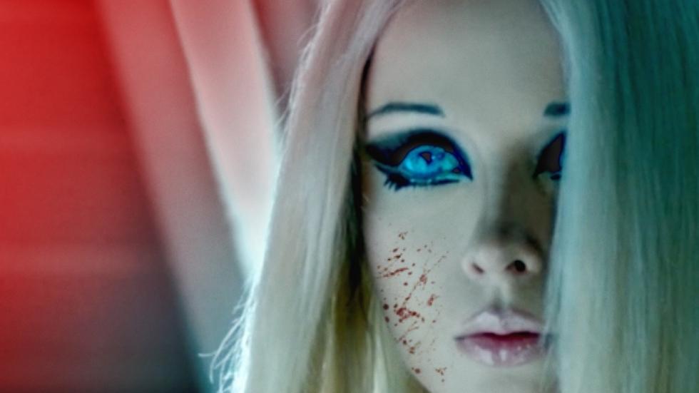 Levende Barbie maakt haar debuut in teaser horrorfilm 'The Doll'