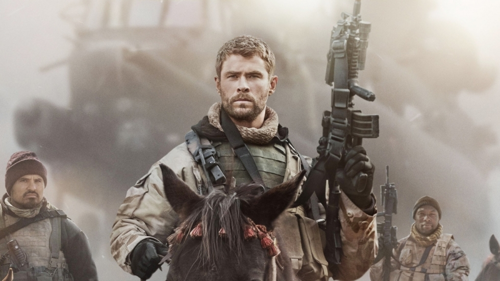 Chris Hemsworth rijdt op Taliban af in tweede trailer '12 Strong'