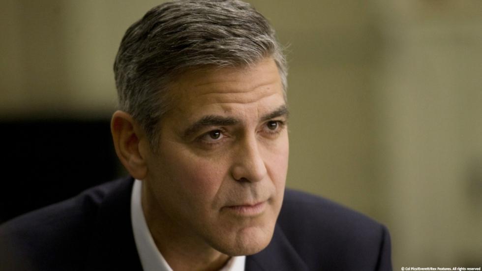 George Clooney deelt cadeautjes uit