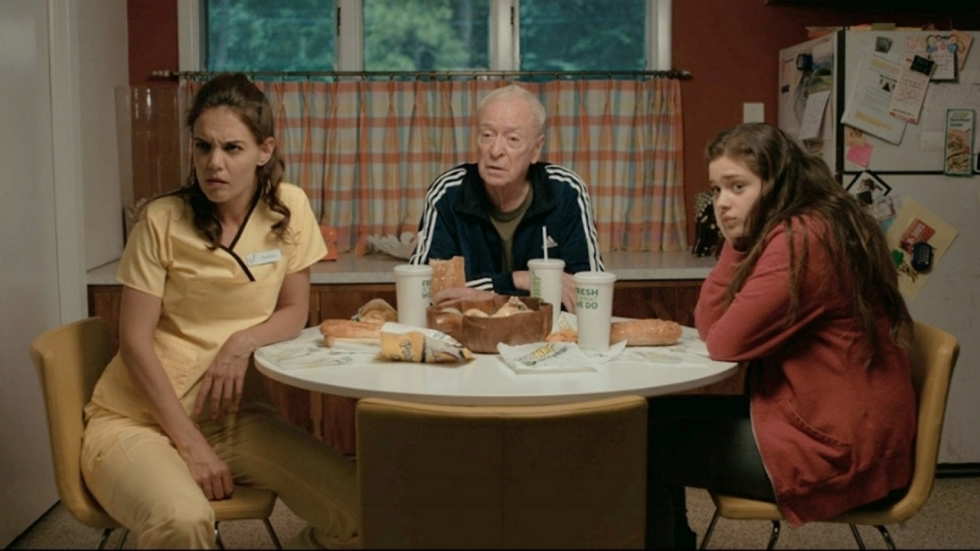 Michael Caine leert revolutie aan tienermeid in trailer 'Dear Dictator'