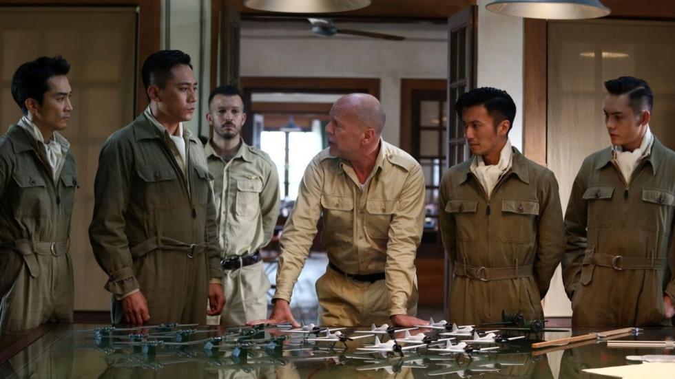 Poster en foto's oorlogsfilm 'The Bombing' met Bruce Willis