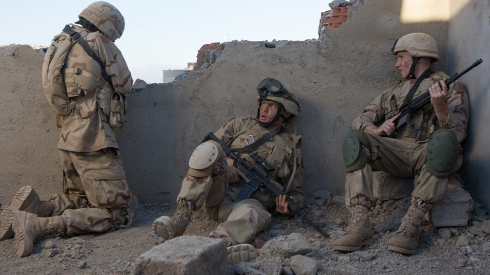 Ehrenreich, Sheridan & Aniston in trailer Irak-oorlogsfilm 'The Yellow Birds'