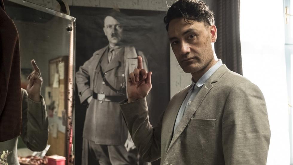Taika Waititi disst Hitler op foto voor 'Jojo Rabbit'