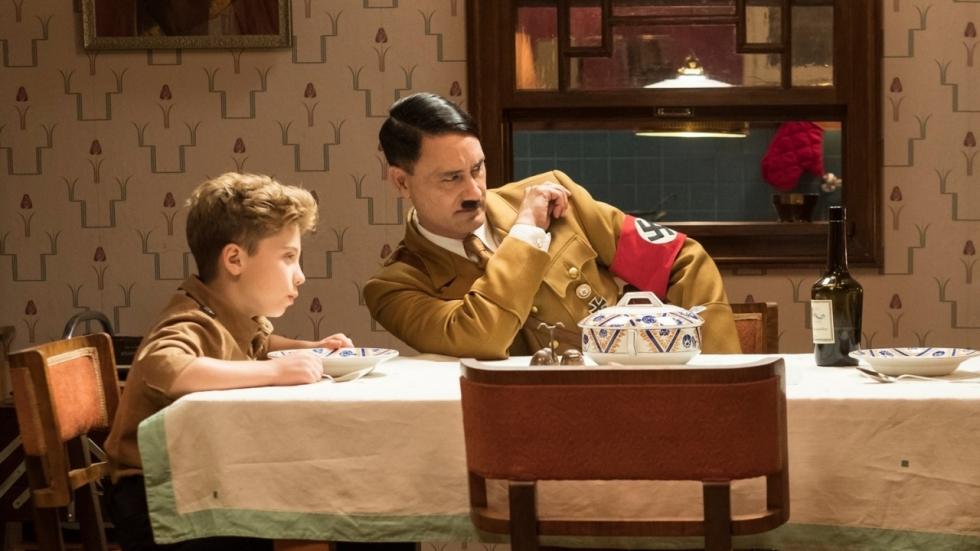 Foto: 'Thor: Ragnarok'-regisseur als Adolf Hitler in 'JoJo Rabbit'
