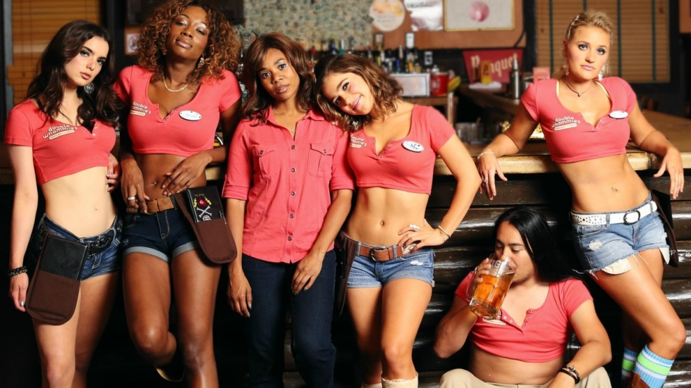 Schaars geklede serveersters in de problemen in 'Support the Girls' trailer
