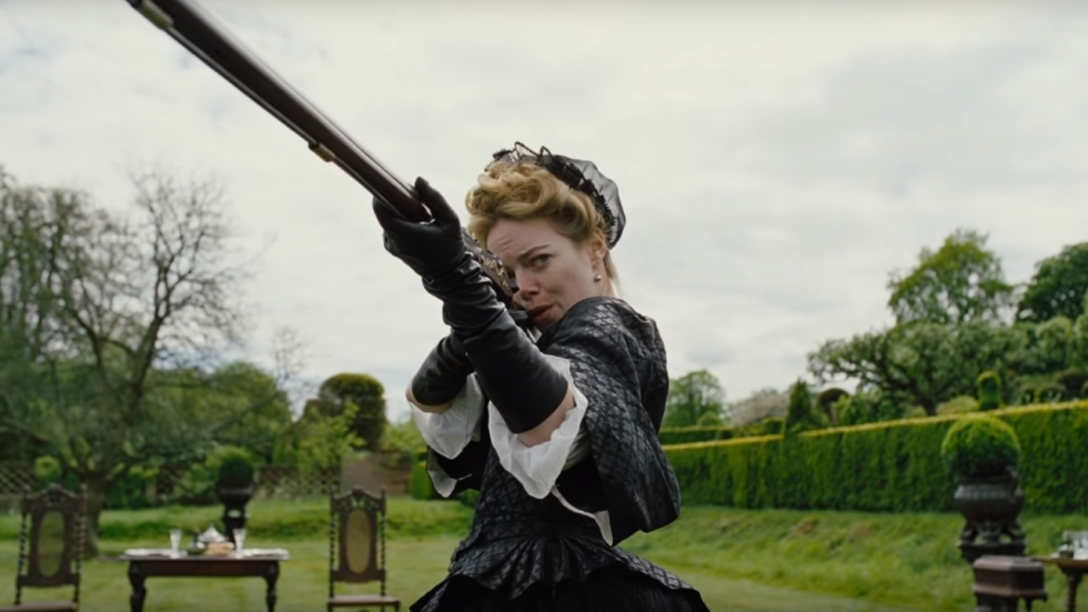 Emma Stone in kostuum in trailer 'The Favourite'
