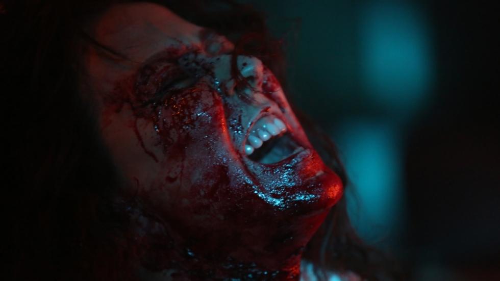 Erotische horrorfilm 'Housewife' krijgt bloederige nieuwe trailer.