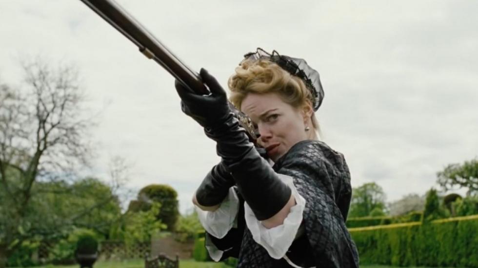 Emma Stone en Rachel Weisz schieten op elkaar in nieuwe trailer 'The Favourite'