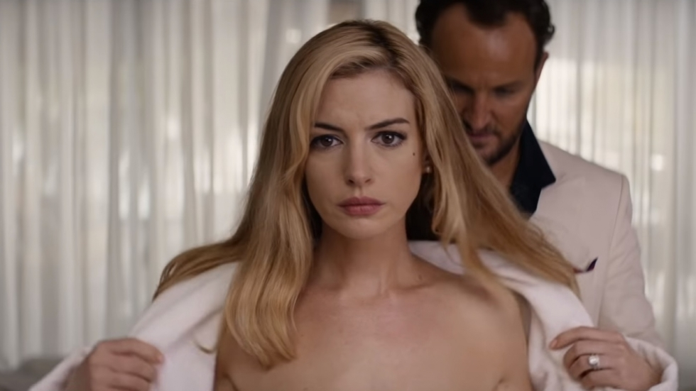 Sexy Hathaway zet in trailer 'Serenity' McConaughey aan tot brute moord