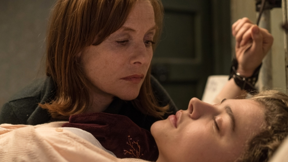 Isabelle Huppert stalkt Chloë Grace Moretz in eerste trailer 'Greta'