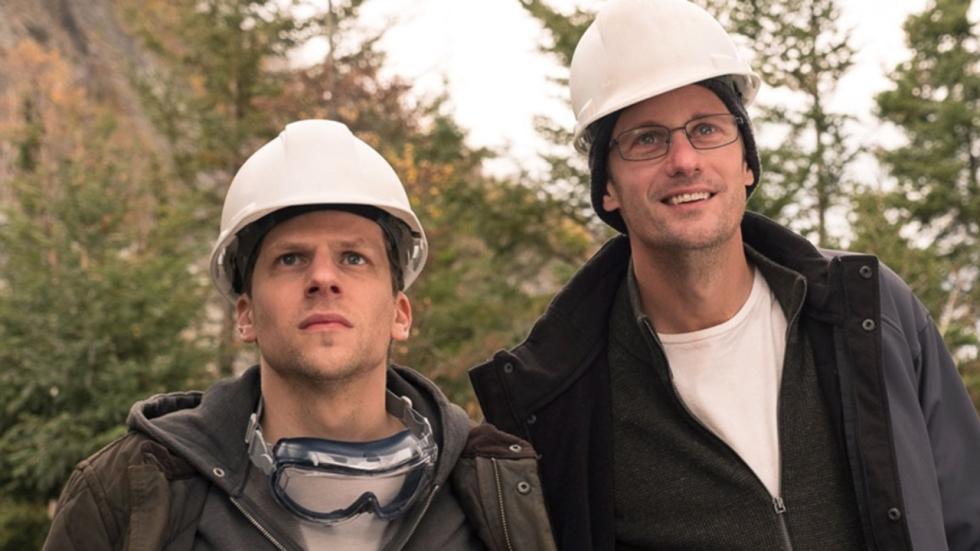 Jesse Eisenberg gaat voor het grote geld in trailer ´The Hummingbird Project´