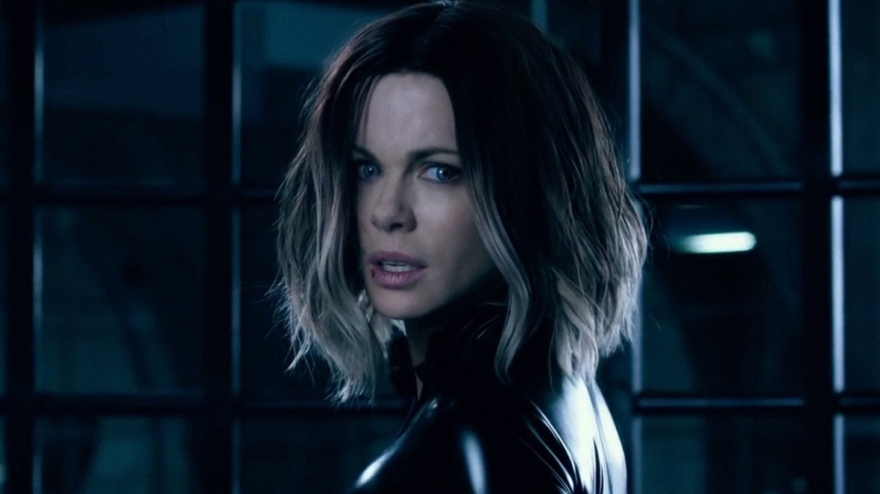 Sexy Kate Beckinsale steelt de show in blote jurk!