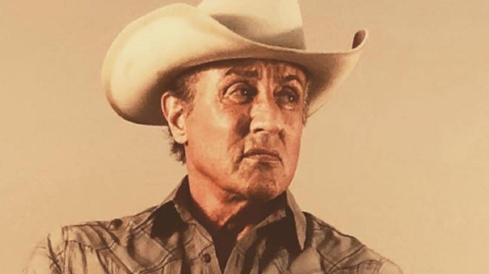 Sylvester Stallone genadeloos én met kort kapsel op nieuwe foto's 'Rambo V'