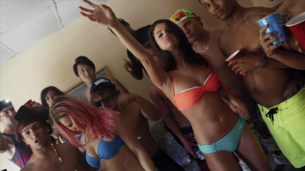Selena Gomez toont haar nieuwste bikini!