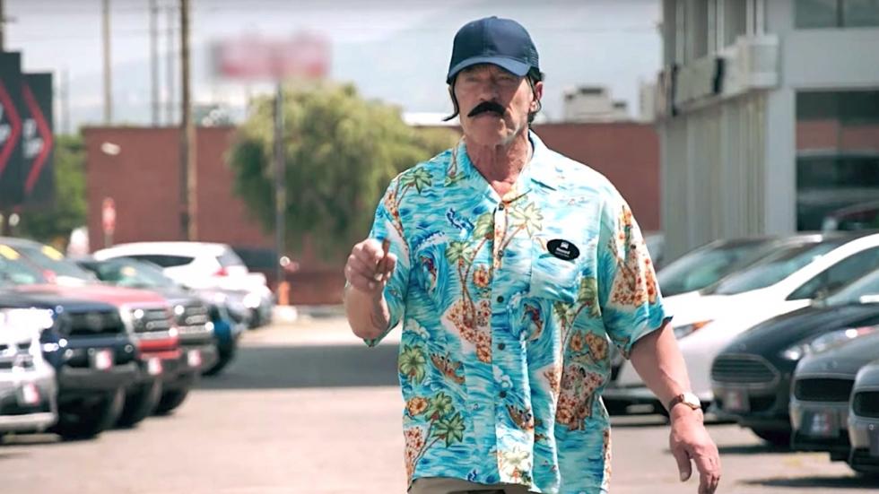 Arnold Schwarzenegger neemt klanten in de maling als undercover autoverkoper (video)