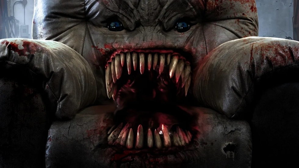 Sadistische bank(!) vreet mensen op in absurde trailer 'Killer Sofa'
