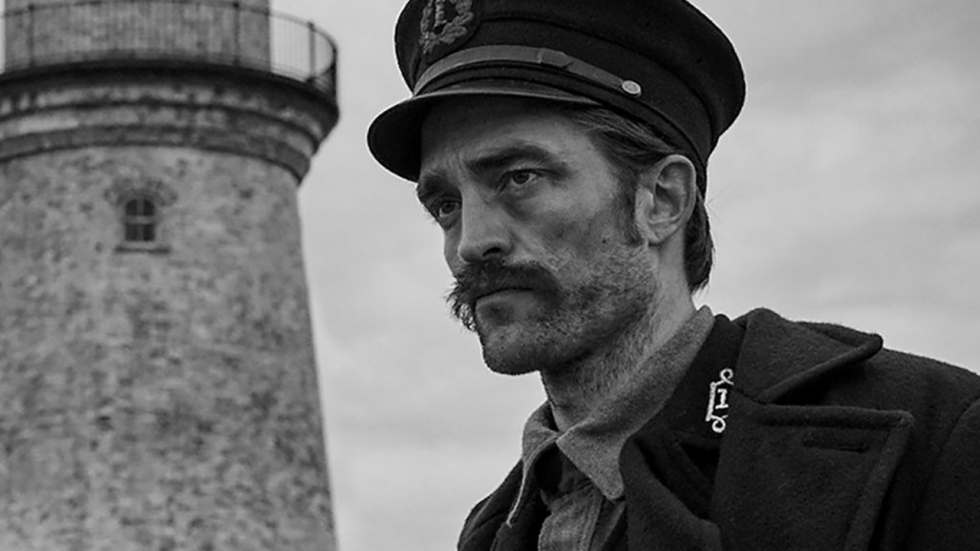 Willem Dafoe en Robert Pattinson draaien door in nieuwe trailer 'The Lighthouse'