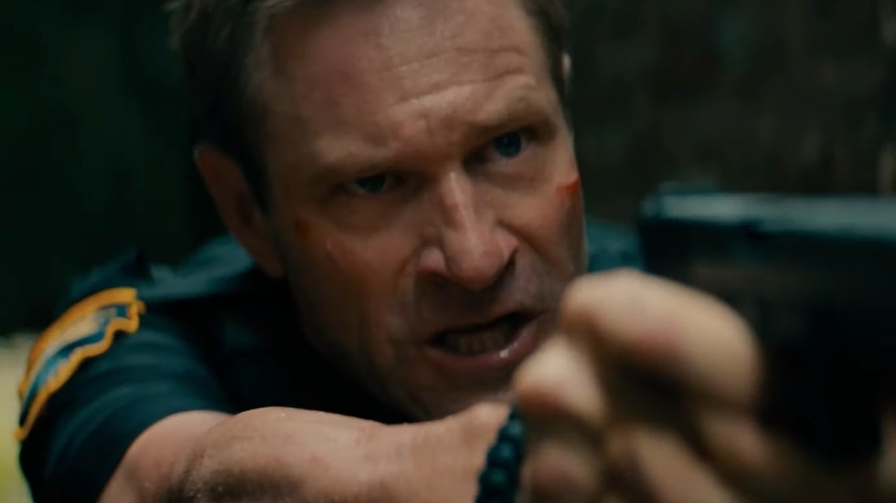 Aaron Eckhart (The Dark Knight) compleet losgeslagen in trailer 'Line Of Duty'