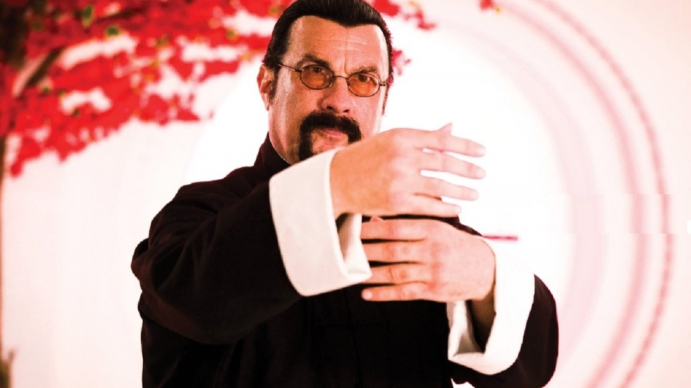 'Zwaarlijvige' Steven Seagal herenigd naast DMX in trailer 'Beyond The Law'