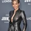 Blote Halle Berry is dol op aardbeien op throwback-foto