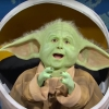 Baby Yoda heeft een hélé grote mond in deze video