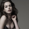 Actrice Anne Hathaway in jurk met flinke inkijk