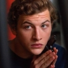 Fijne trailer 'The Night Clerk' met Tye Sheridan (X-Men) en Ana de Armas (Knives Out)
