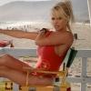 Pamela Anderson weer als Baywatch-babe over het strand!