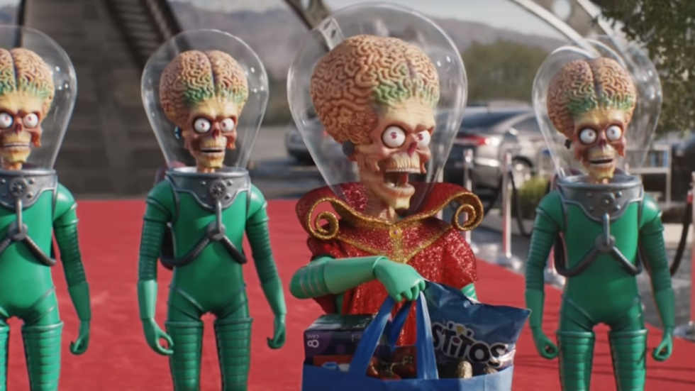 Supergave reclamespot vol personages uit scifi-films als 'Star Wars', 'Star Trek' en 'Mars Attacks!'