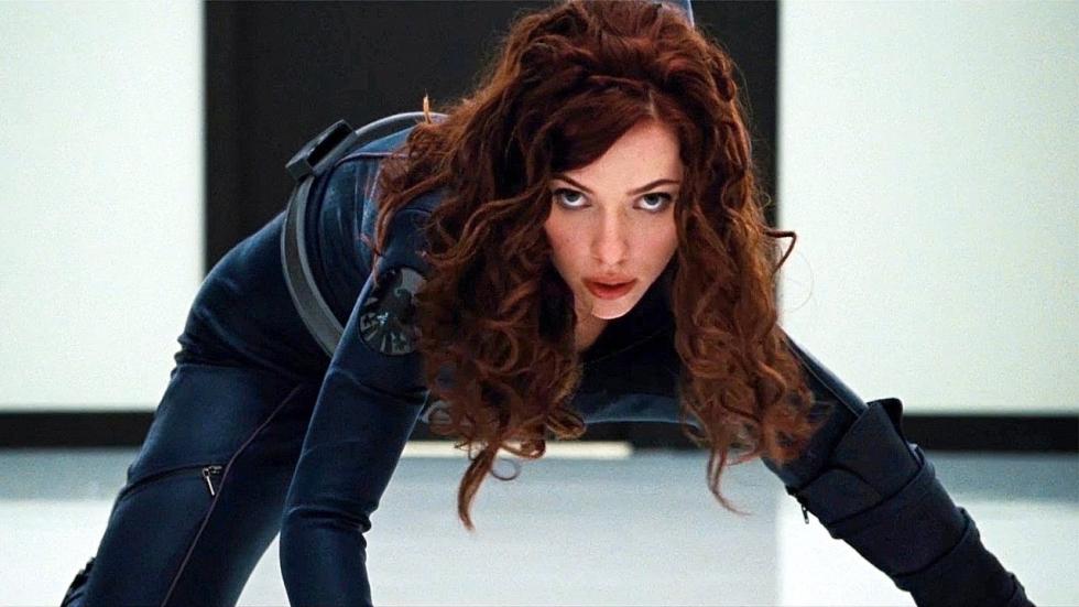 Nieuwe foto: Piepjonge Scarlett Johansson test kostuum Black Widow uit voor 'Iron Man 2'